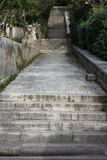 Escaleras concretas que van hacia arriba o hacia abajo Fotografía de archivo libre de regalías