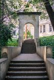 Escaleras concretas viejas y arco romano conmemorativo, fotografía de archivo