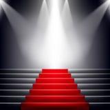 Escaleras cubiertas con la alfombra roja. Imagen de archivo