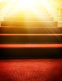 Escaleras cubiertas con la alfombra roja Fotos de archivo