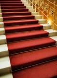 Escaleras cubiertas con la alfombra roja Fotografía de archivo libre de regalías