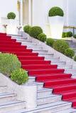 Escaleras cubiertas con la alfombra roja en Sanremo, Italia fotografía de archivo