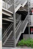 Escaleras de acero y concretas al aire libre del parking fotos de archivo