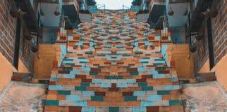 Escaleras de colores simétricos imagenes de archivo