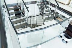 Escaleras de cristal en la residencia fotos de archivo libres de regalías