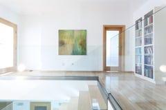 Escaleras de cristal y de madera en interior moderno Imagen de archivo libre de regalías