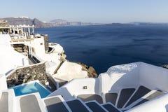 Escaleras de la bobina que van abajo al mar de Aegan, isla de Santorini - Grecia Imagen de archivo libre de regalías