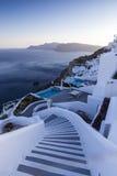 Escaleras de la bobina que van abajo al mar de Aegan, isla de Santorini - Grecia Fotografía de archivo