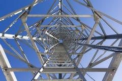 Escaleras de la escalera de una torre de comunicación Imagenes de archivo