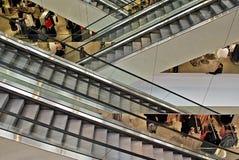 Escaleras de la escalera móvil en el edificio moderno Imagen de archivo libre de regalías