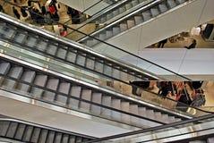 Escaleras de la escalera móvil en el edificio moderno Fotografía de archivo libre de regalías