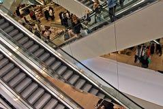 Escaleras de la escalera móvil en el edificio moderno Foto de archivo