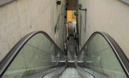 Escaleras de la escalera móvil que lleva abajo Imagenes de archivo