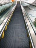 Escaleras de la escalera móvil que van abajo Fotografía de archivo libre de regalías