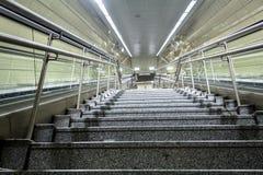 Escaleras de la estación de metro en la ciudad de Estambul fotos de archivo libres de regalías