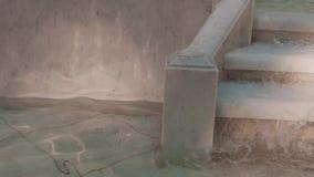 Escaleras de la fuente de mármol de trabajo, el fluir del agua metrajes