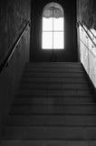 Escaleras de la perspectiva que llevan a la ventana Imagen de archivo libre de regalías