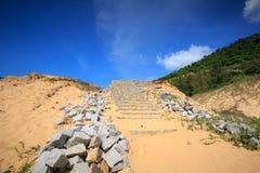 Escaleras de la piedra de Unconstructed en la playa imágenes de archivo libres de regalías