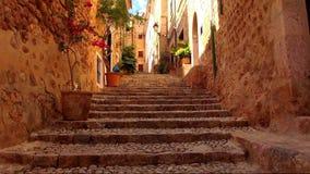 Escaleras de la piedra en un pequeño pueblo español antiguo almacen de video