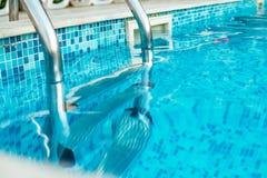 Escaleras de la piscina Imágenes de archivo libres de regalías