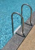 Escaleras de la piscina Fotos de archivo