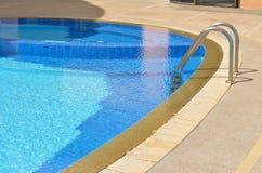 Escaleras de la piscina Fotografía de archivo libre de regalías