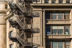 Escaleras de la salida de incendios del metal en el edificio viejo fotos de archivo