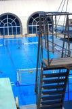Escaleras de la torre del salto de la piscina Fotografía de archivo
