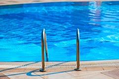 Escaleras de la verja abajo a la piscina Foto de archivo libre de regalías