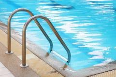 Escaleras de la verja abajo a la piscina Imagen de archivo