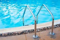 Escaleras de la verja abajo a la piscina con el agua dulce Fotografía de archivo libre de regalías