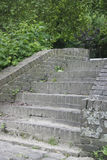 Escaleras de los ladrillos entre el follaje verde en un parque, Maastricht 2 foto de archivo