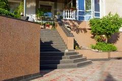 Escaleras de mármol al edificio imágenes de archivo libres de regalías