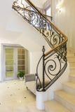 Escaleras de mármol con la barandilla en interior brillante Imagen de archivo