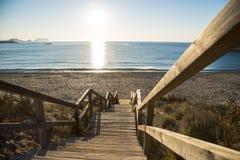 Escaleras de madera de acceso um en Aguilas de cala carolina do playa do la, españa foto de stock royalty free