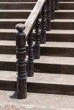 Escaleras de madera con las verjas de madera oscuras Foto de archivo