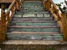 Escaleras de madera del vintage y de la teca fotos de archivo libres de regalías