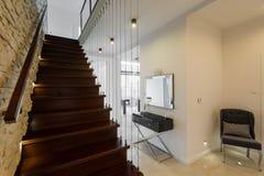 Escaleras de madera elegantes imagenes de archivo