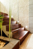 Escaleras de madera en el apartamento de lujo Foto de archivo libre de regalías