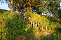 Escaleras de madera en el campo en verano Fotos de archivo