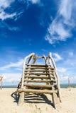 Escaleras de madera en el desierto cerca de la costa de mar Imagen de archivo