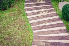 Escaleras de madera en el jardín local que lleva abajo de la trayectoria Fotografía de archivo libre de regalías
