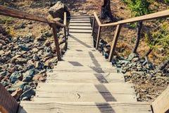 Escaleras de madera en la colina que lleva abajo Imágenes de archivo libres de regalías