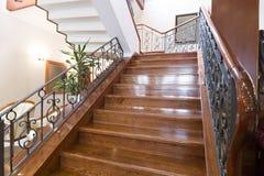 Escaleras de madera en pasillo del hotel Fotos de archivo libres de regalías