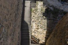 Escaleras de madera en un castillo medieval Ciudad de Consuegra en el favorable Imagenes de archivo