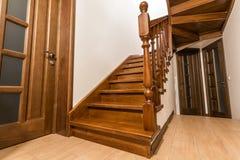 Escaleras de madera modernas y puertas del roble marrón en nueva casa renovada fotos de archivo libres de regalías
