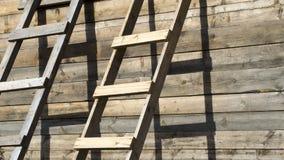 Escaleras de madera que se colocan cerca de la pared de una casa de madera imagenes de archivo