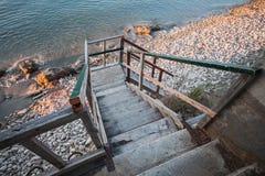 Escaleras de madera que van abajo a la costa de mar Imágenes de archivo libres de regalías
