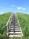 Escaleras de madera que van en el top de la colina de Kartenos, Lituania Fotos de archivo libres de regalías
