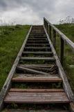 Escaleras de madera resistidas quebradas en la colina Fotografía de archivo